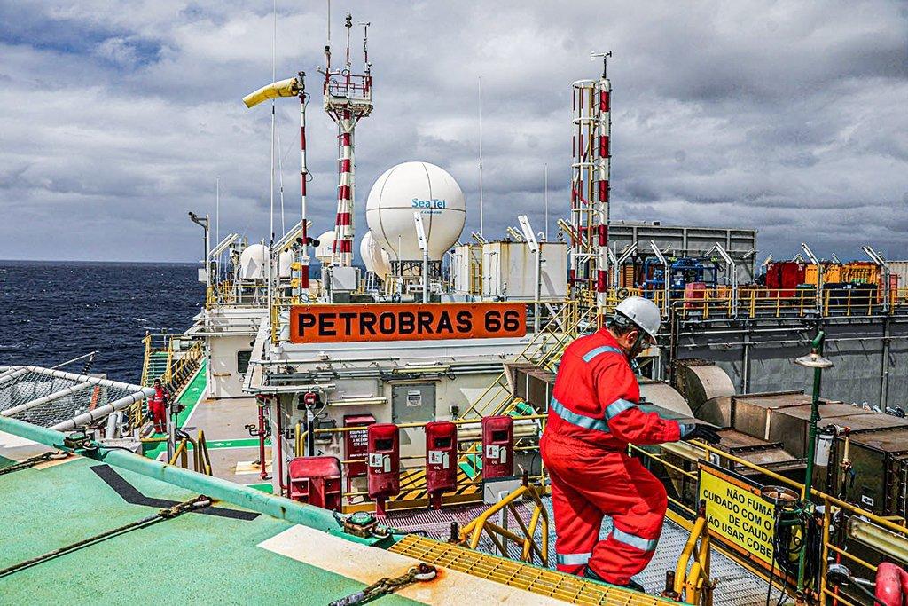Um trabalhador caminha dentro da plataforma petrolífera Petrobras P-66 no offshore da Bacia de Santos no Rio de Janeiro, Brasil, em 5 de setembro de 2018. Foto tirada em 5 de setembro de 2018