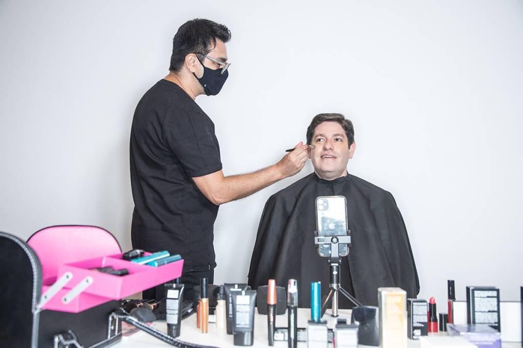 Silveira é maquiado por André Sartori, após polêmica no BBB: primer e base são bons para lives