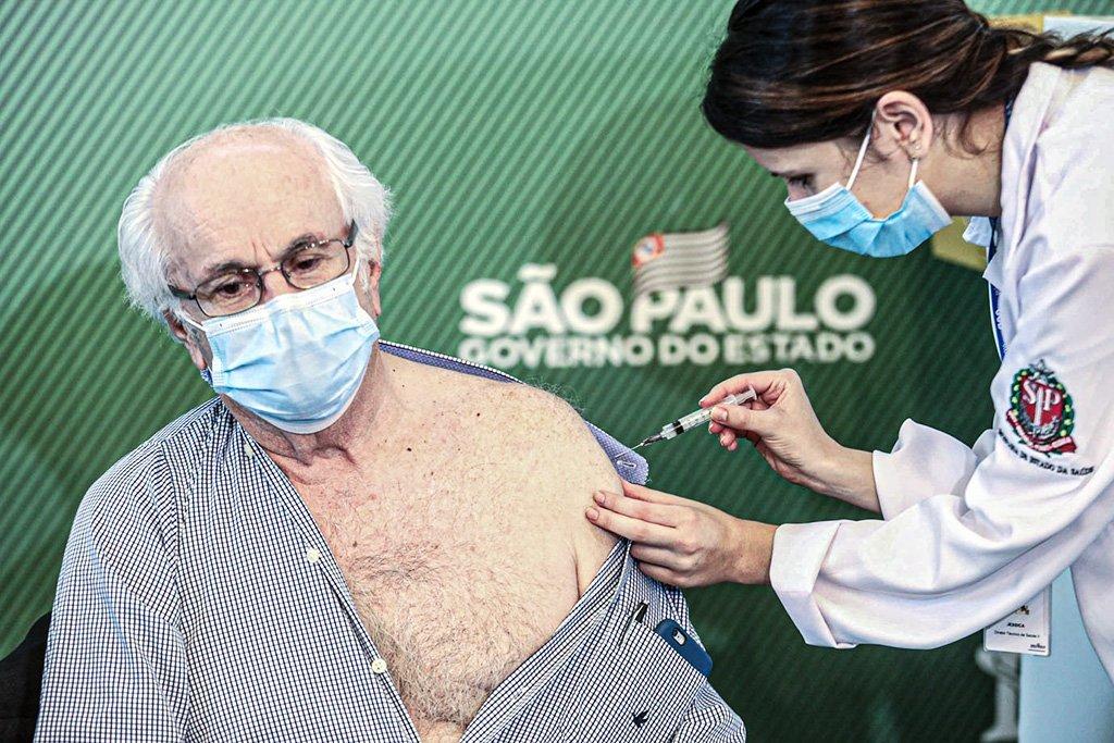 Idoso é vacinado contra a Covid-19 no país, durante a coletiva de imprensa no Instituto Butantan em São Paulo (SP), neste domingo (17), realizada pelo governador João Dória.