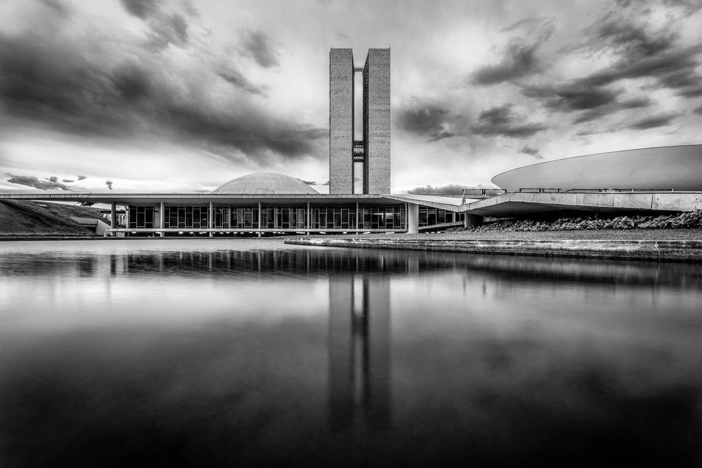 O Brasil no osso: de pobres à elite, todos roem os restos da política