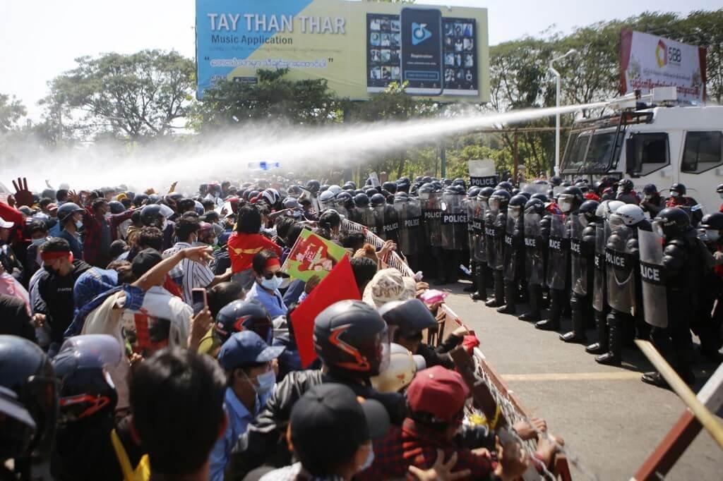 Militares proíbem protestos e impõem toque de recolher em Mianmar