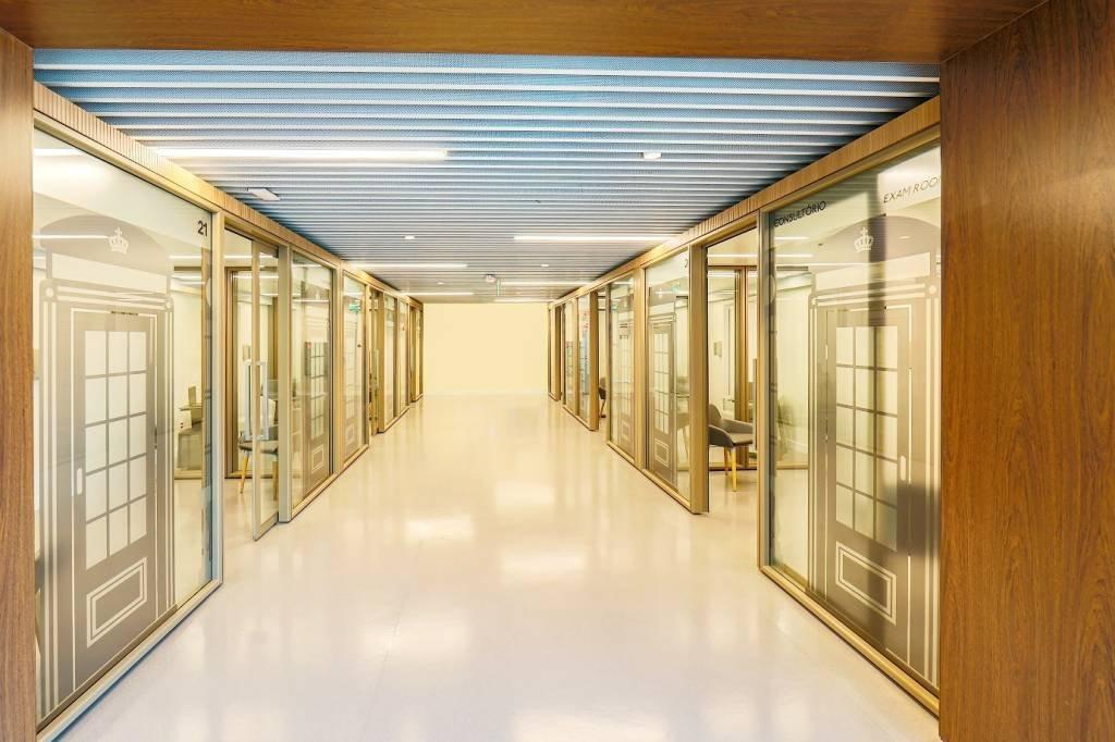 Prevent Senior unidade Londres: corredor com decoração de cabines de telefone