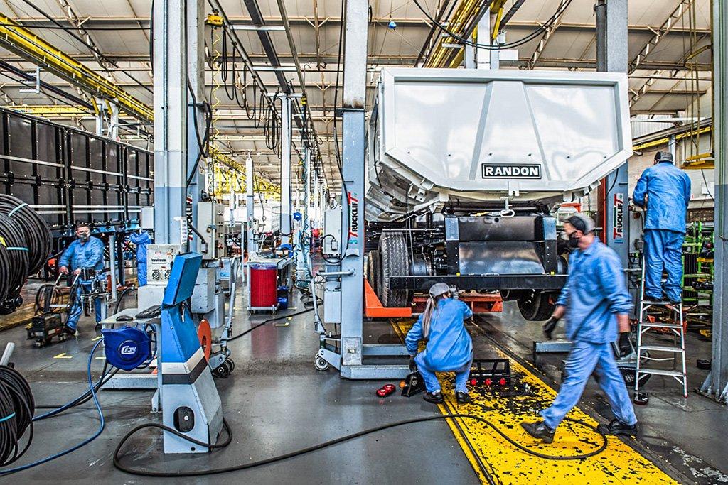 Fábrica da Randon: autoindústria acumula queda na produção em 2020
