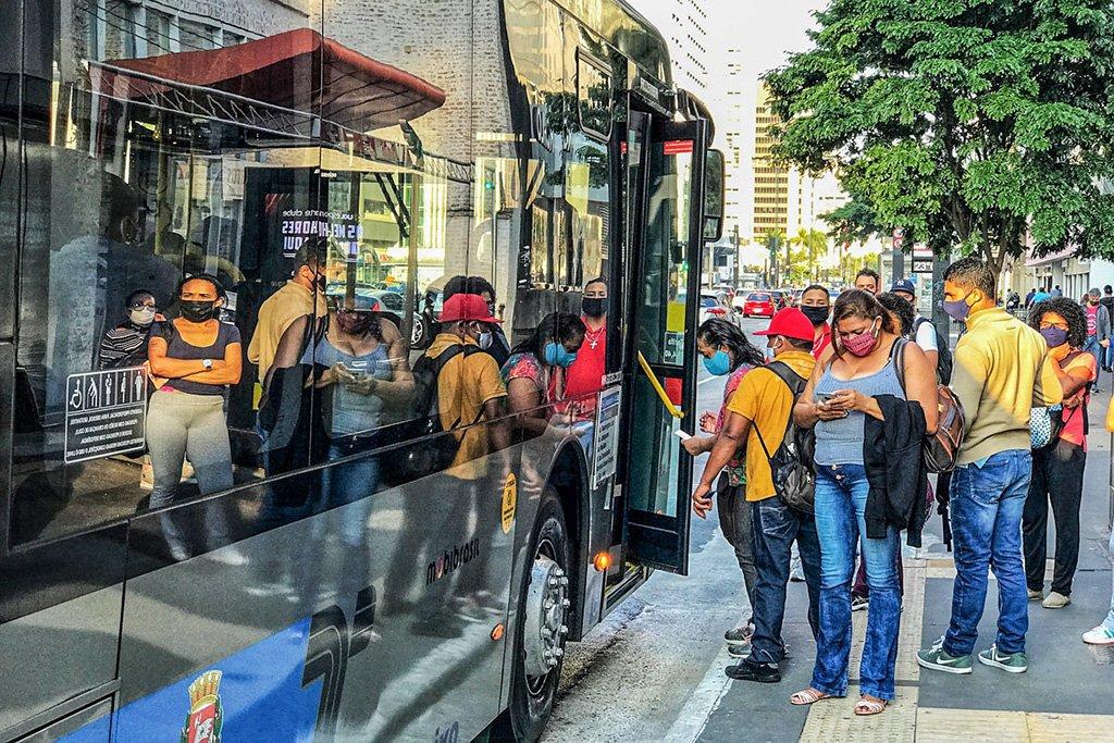 Coronavírus – Transporte público, Pontos de ônibus na região da Avenida Paulista x Consolação. São Paulo – SP. Foto: Roberto Parizotti.