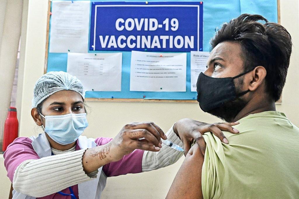 Vacinação na Índia: Maior fabricante de vacinas do mundo tem ordem para priorizar a Índia