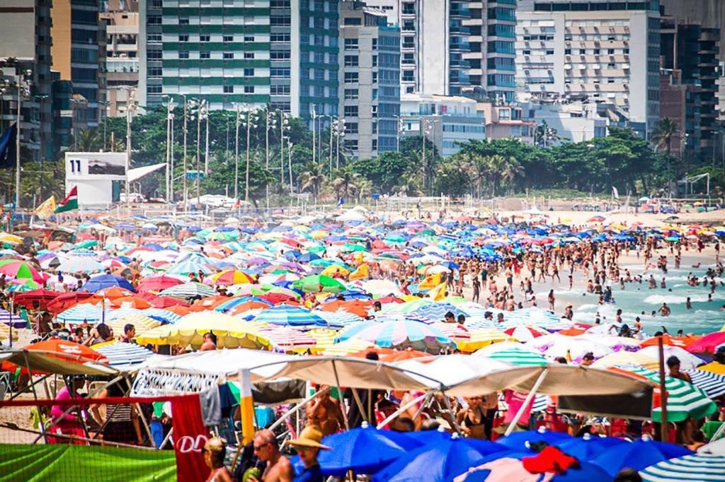 Movimentação na praia do Leblon, no Rio de Janeiro (RJ), neste domingo (14).