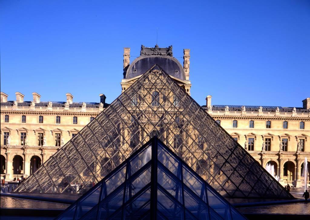 Pirâmide de vidro no Museu do Louvre, em Paris