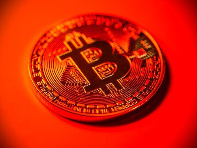 Bitcoin em queda: alavancagem e alta de SHIB indicam especulação excessiva