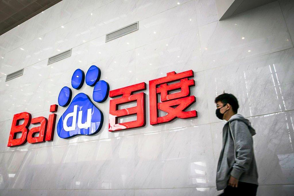 Um funcionário passa pelo logotipo da Baidu em um saguão na sede da empresa em Pequim, China, na quinta-feira, 4 de março de 2021