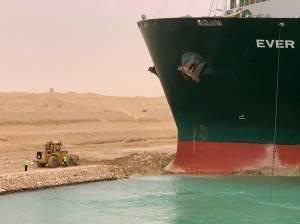 Navio encalhado no Canal de Suez atrasa cerca de US$ 400 milhões por hora em mercadorias