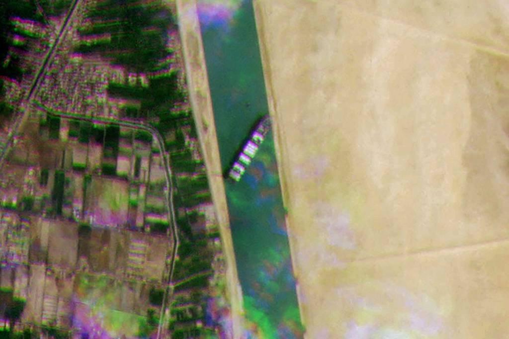 Imagem de satélite publicada pelo Planet Labs Inc mostra o navio porta-contêiner MV Ever Given bloquenado o tráfego no Canal de Suez