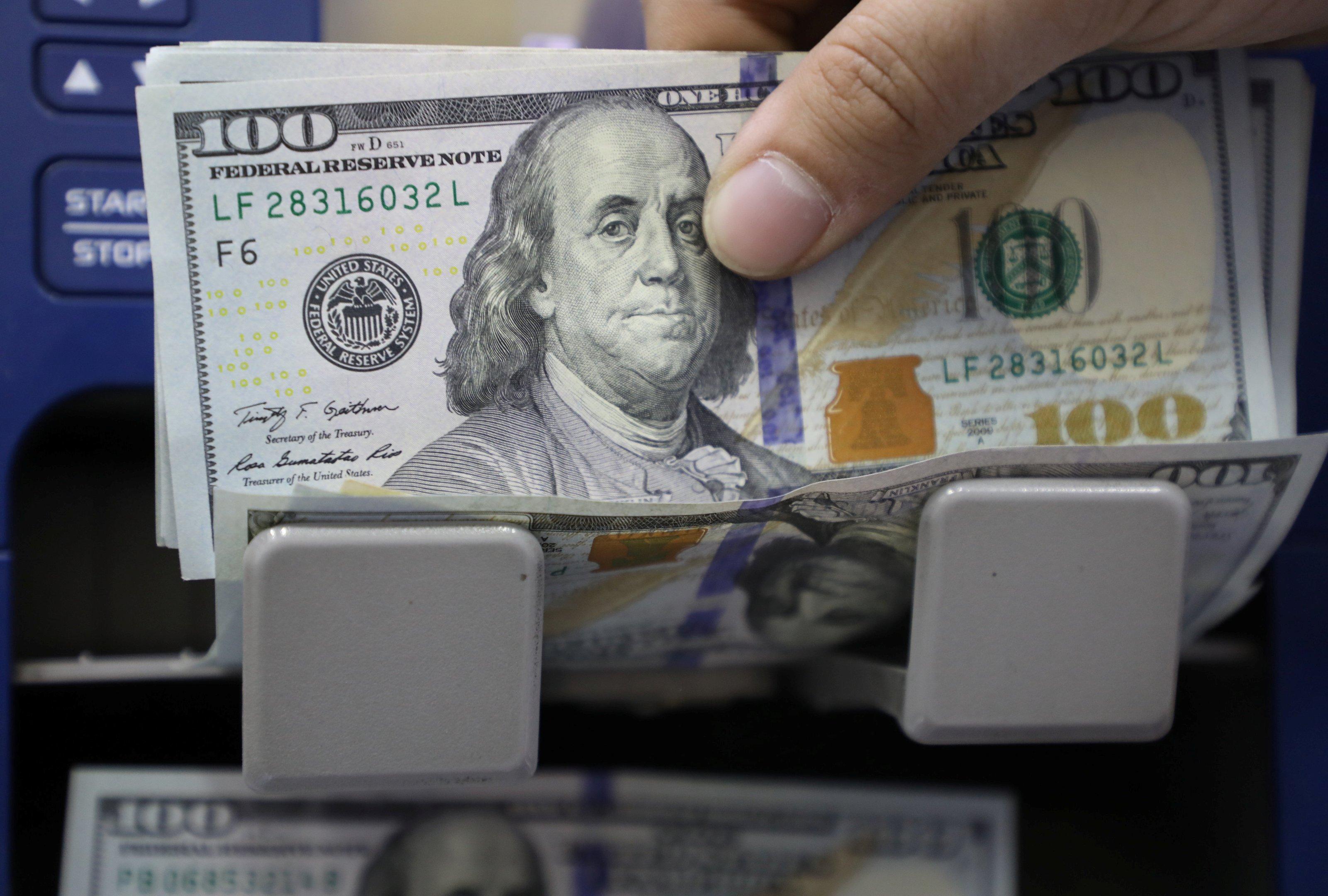 Exportadoras e dólar são refúgio de investidor com debandada em Brasília