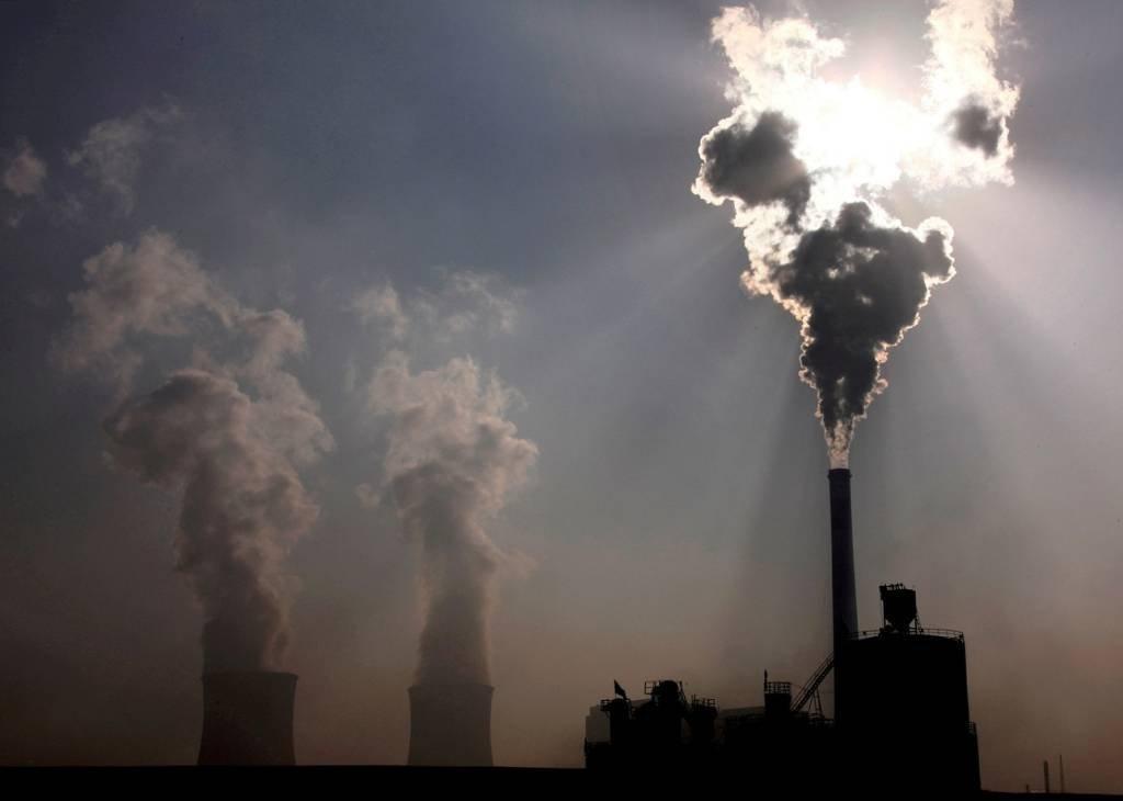 Emissão de gases por fábricas em Baotou, China