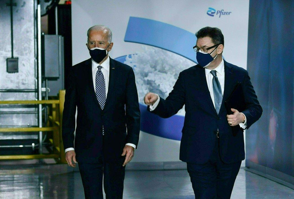 O presidente americano Joe Biden com o presidente da Pfizer, Albert Bourla