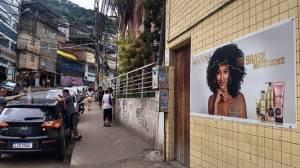 muro com publicidade nas favelas