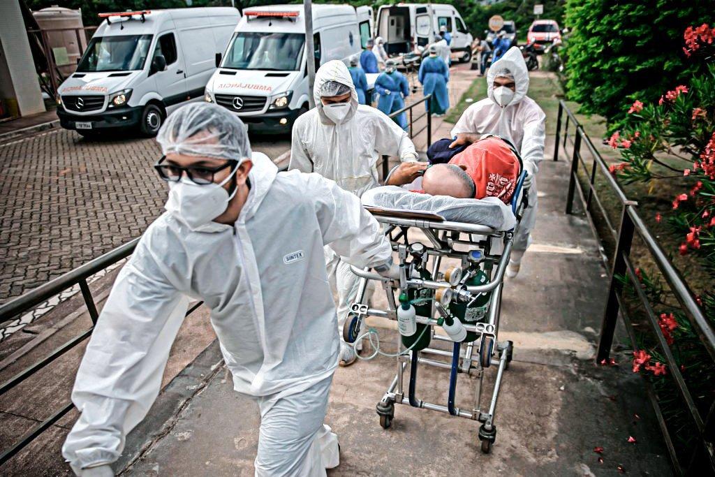 Paciente COVID-19 é transferido da Unidade de Pronto Atendimento de Santarém, Pará, Brasil, para outro hospital do Pará, em 7 de fevereiro de 2021.