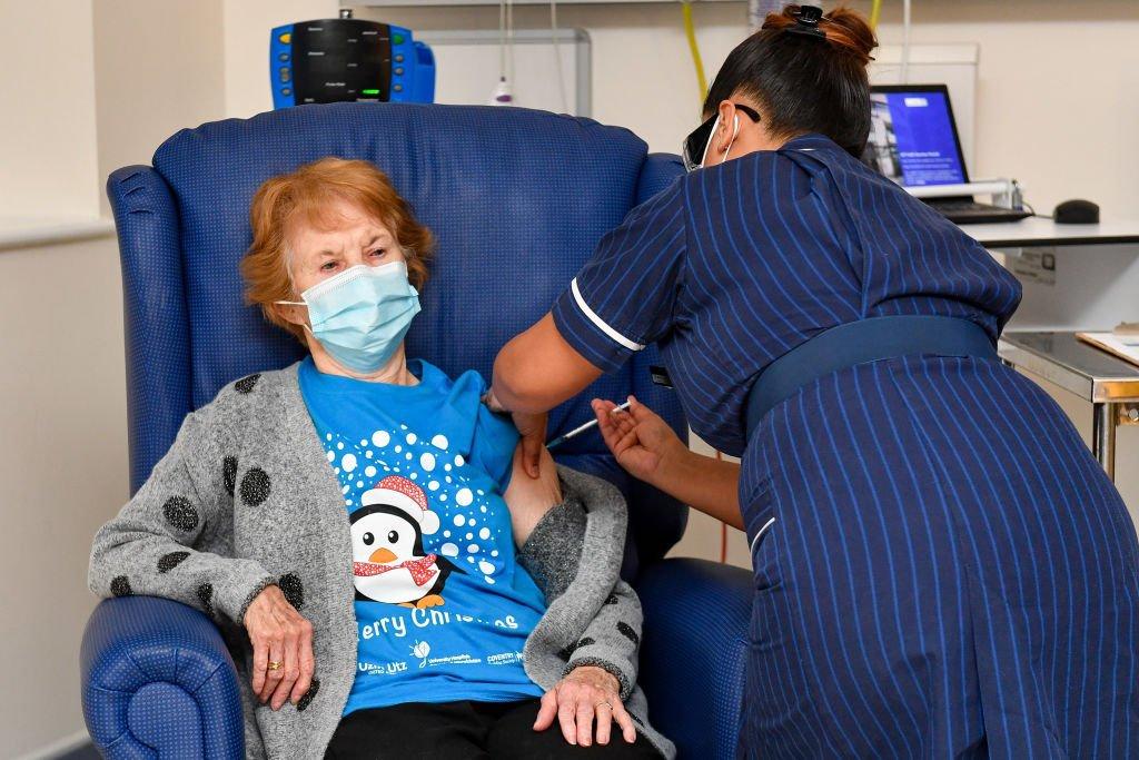 Primeira pessoa vacinada no Reino Unido