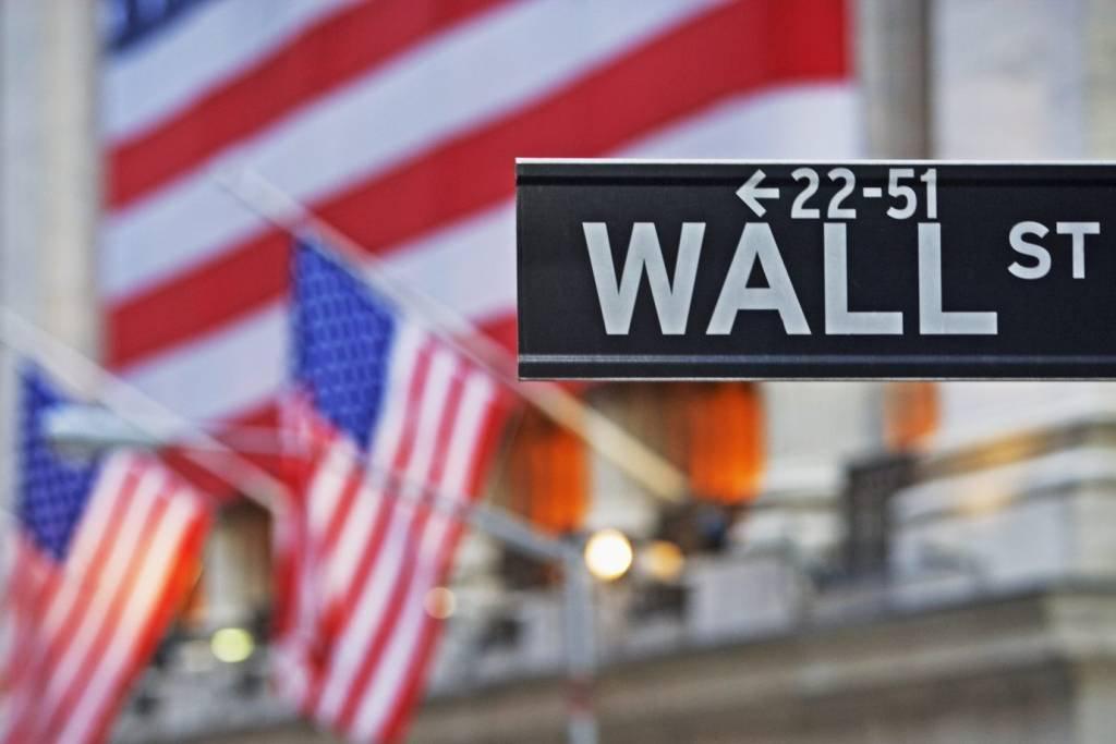 Placa de Wall Street e bandeiras dos Estados Unidos (EUA)
