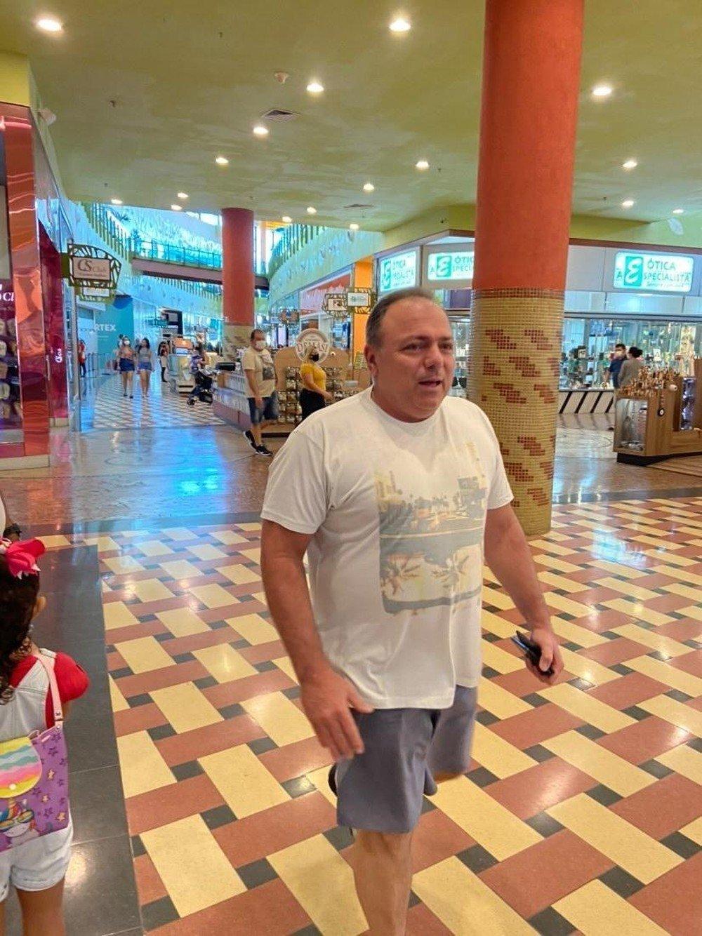 Ex-ministro Eduardo Pazuello passeando sem máscara no Manauara