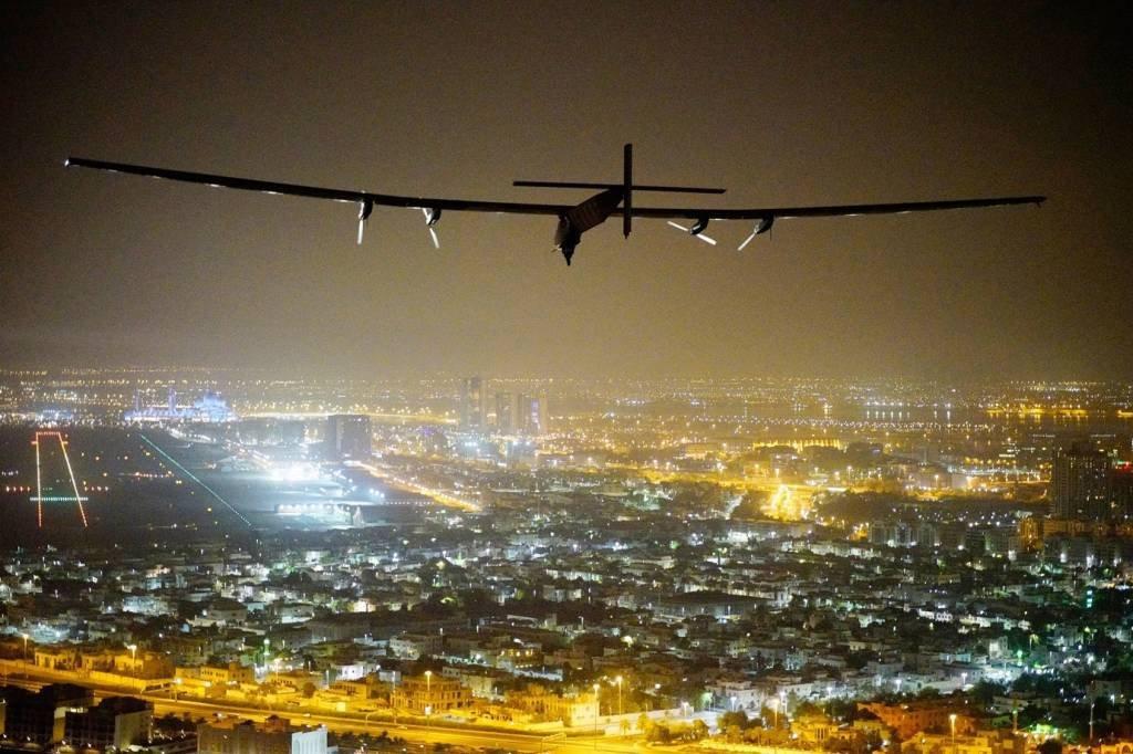 , Solar Impulse 2, Solar Impulse2, o avião movido a energia solar, pilotado pelo pioneiro suíço Bertrand Piccard é visto antes do pouso em Abu Dhabi para terminar o primeiro vôo ao redor do mundo sem o uso de combustível em 26 de julho de 2016 em Abu Dhabi, Emirados Árabes Unidos. A jornada de 42.000 km foi concluída em 17 etapas em quatro continentes. O Solar Impulse 2 está equipado com 17.000 células solares, tem uma envergadura de 72 metros e ainda pesa pouco mais de 2 toneladas