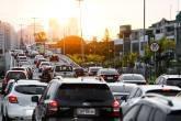 Trânsito intenso na Barra da Tijuca, no horário do rush, na ligação entre a Avenida das Américas e Avenida Armando Lombardi, no Rio de Janeiro.