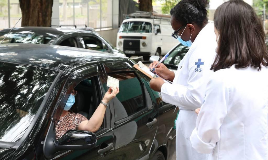 São Paulo reabre nove unidades de vacinação contra covid-19 por drive thru
