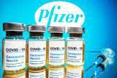 """Frascos com um adesivo dizendo """"COVID-19 / Vacina contra o Coronavirus / Apenas injeção"""" e uma seringa médica são vistos na frente de um logotipo da Pfizer exibido nesta ilustração tirada em 31 de outubro de 2020. REUTERS / Dado Ruvic"""