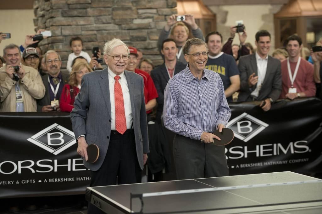 Warren Buffett e Bill Gates em evento em Omaha; os dois bilionários se unem em projeto no setor de energia | Foto: Daniel Acker/Bloomberg