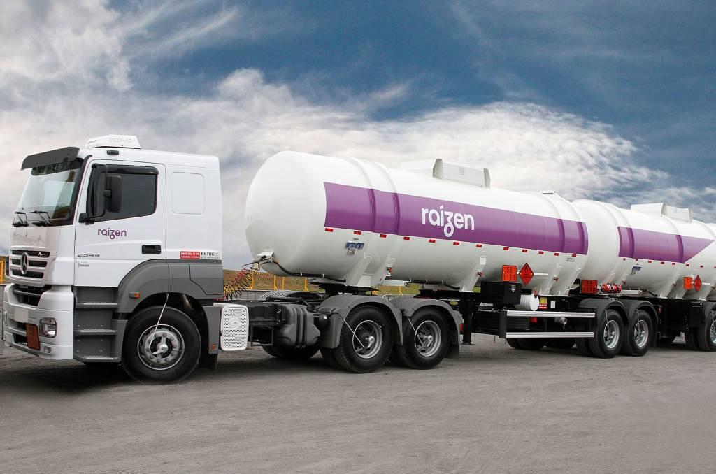 Caminhão com combustível da Raízen