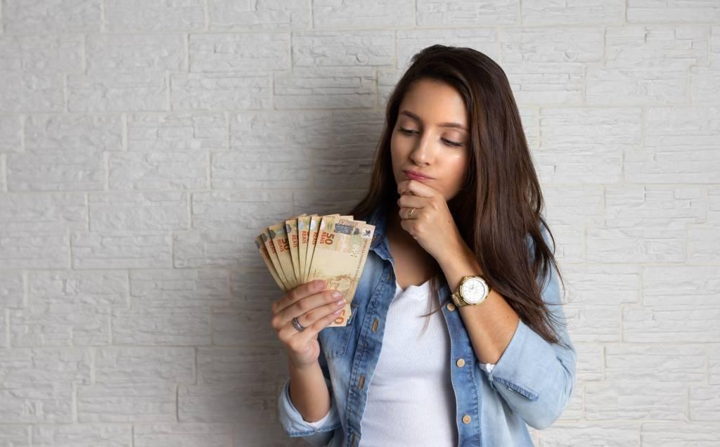 Jovem e cédulas de dinheiro