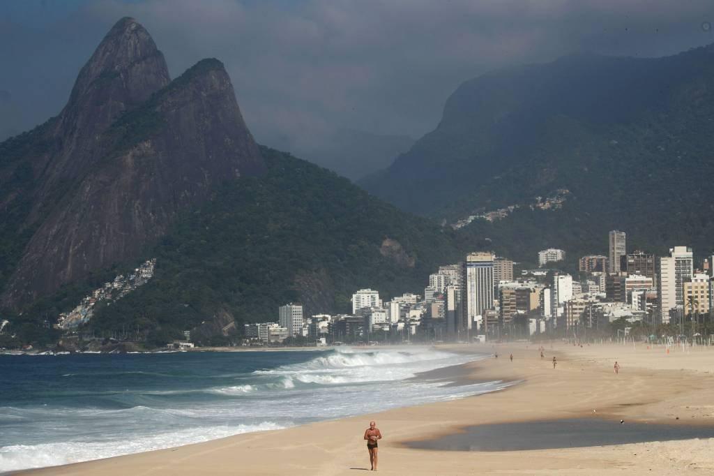 Praia de Ipanema, no Rio de Janeiro, na pandemia do novo coronavírus; cresce a procura de estrangeiros por imóveis