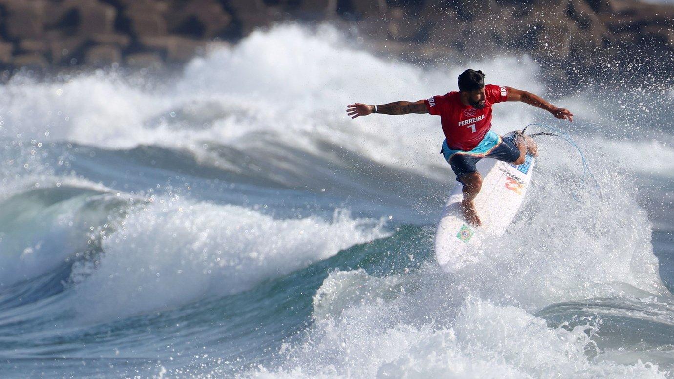Brasil estreia no surfe com vitória; noite também tem skate e judô