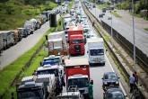 Caminhoneiros fecham estrada BR-324 perto de Salvador