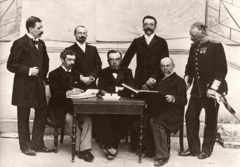 Primeiros membros do Comitê Olímpico internacional, ao lado do Barão de Coubertin: renascimento dos antigos jogos gregos