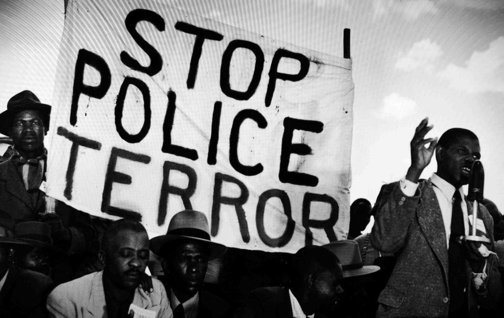 Protestos contra a violência policial na África do Sul, em 1955: apartheid faria o país ser expulso das Olimpíadas por 30 anos
