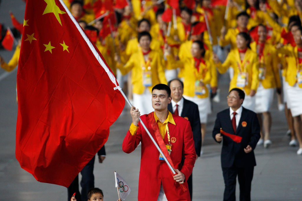 Estrela do basquete chinês Yao Ming carrega bandeira na abertura em Pequim: Jogos mostraram a nova era chinesa