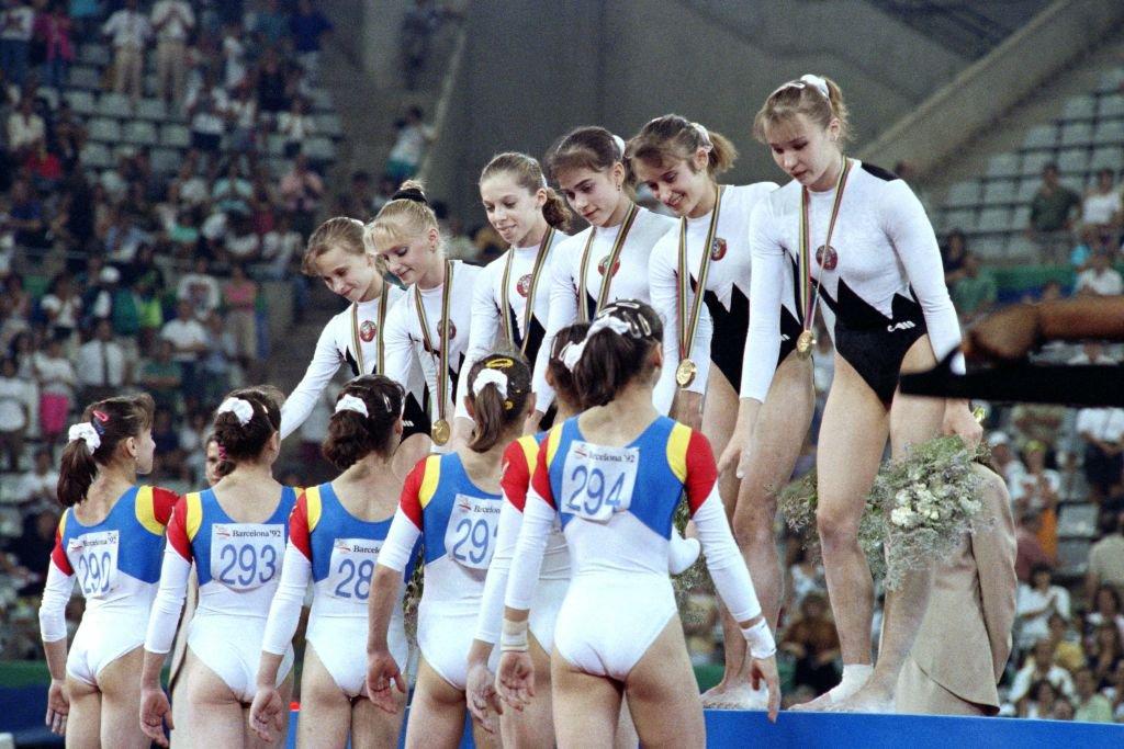 Atletas da ginástica do time unificado dos Estados Independentes (no topo) cumprimentam ginastas da Romênia: fim da potência olímpica soviética