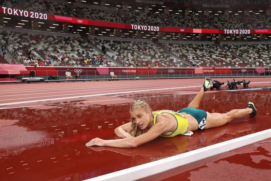 TOKYO, JAPAN - AUGUST 4: Team Australia's Genevieve Gregson is injured during the women's 3000m hurdles final on day 12 of the Olympic Games Tokyo 2020 at the Olympic Stadium on August 4, 2021 in Tokyo, Japan.  (Photo by David Ramos/Getty Images)