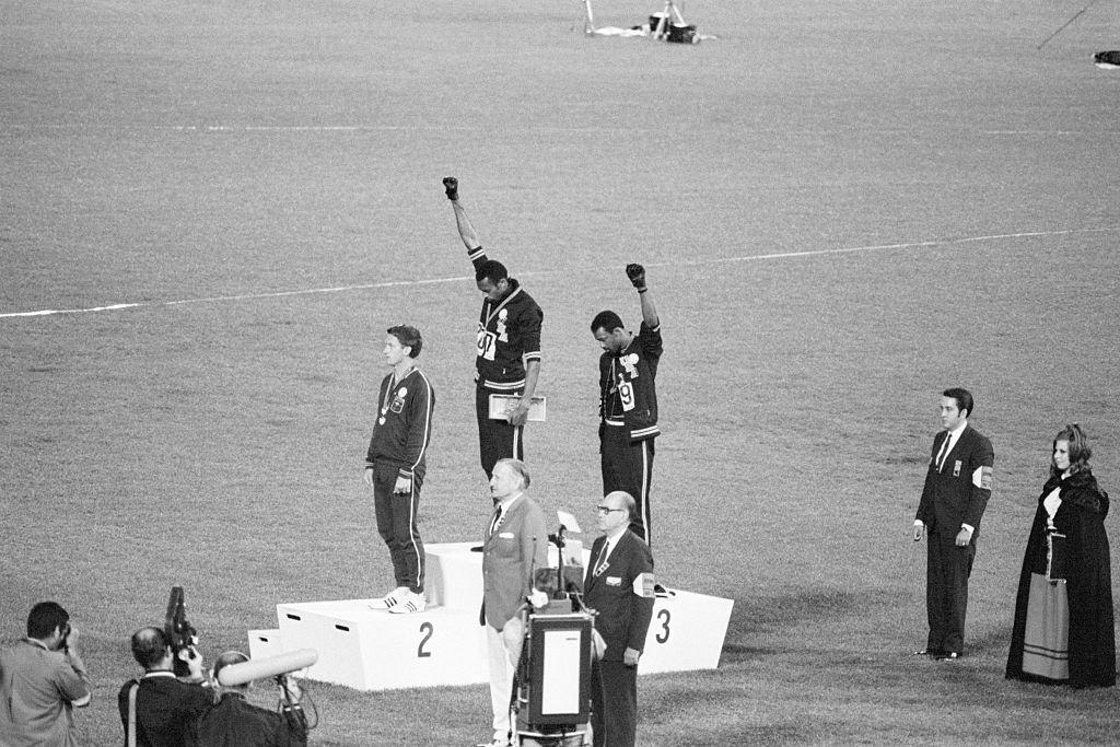 Tommie Smith e John Carlos, medalhas de ouro e bronze nos 200m em 1968: manifestação no pódio com o gesto dos Panteras Negras