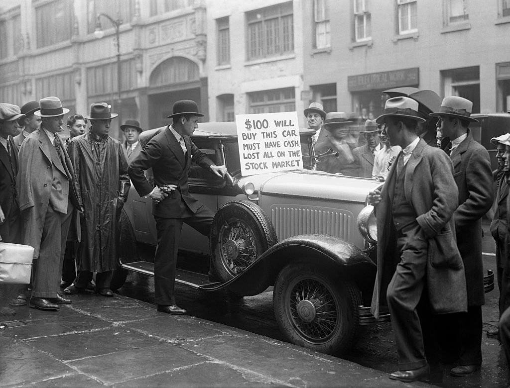 """Homem tenta vender o carro por 100 dólares em Wall Street: """"perdi tudo no mercado de ações"""", diz a placa"""