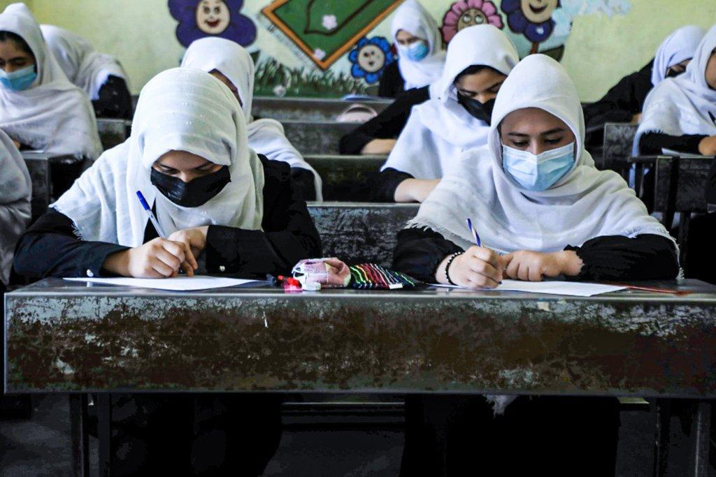 Meninas afegãs retornam à escola, mas dúvidas sobre Talibã persistem | Exame
