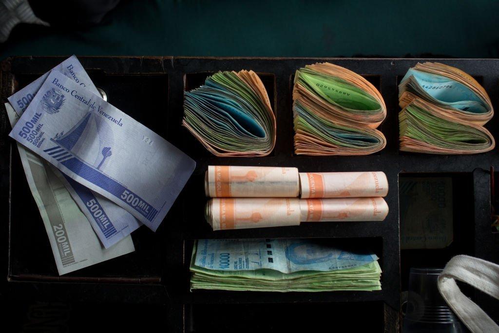 Venezuela vai cortar seis zeros da moeda para tentar controlar hiperinflação