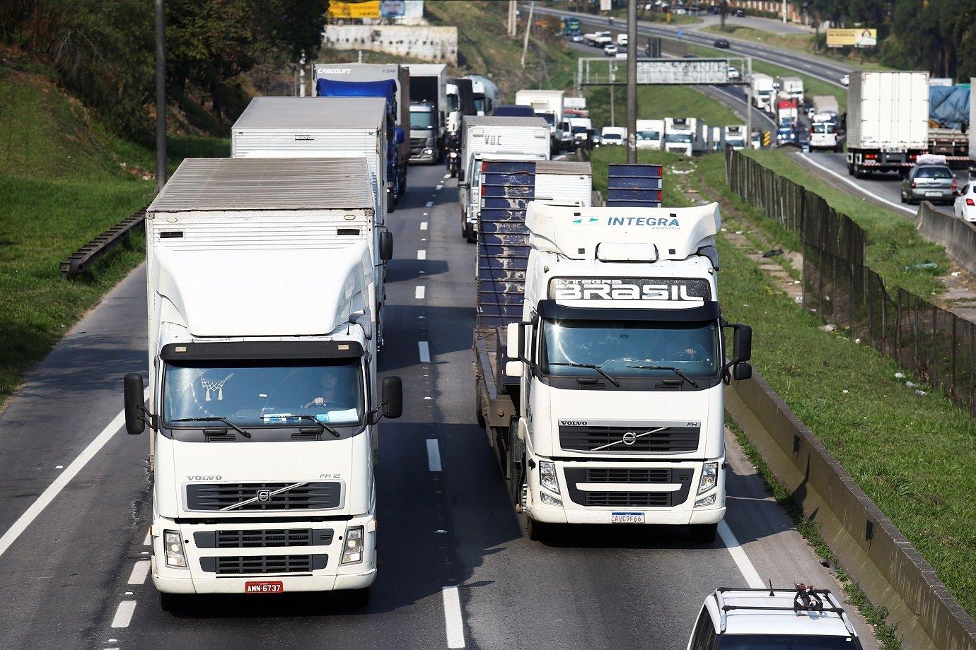 Caminhoneiros protestam na rodovia Régia Bittencourt na altura da cidade de Embu das Artes, no Estado de São Paulo