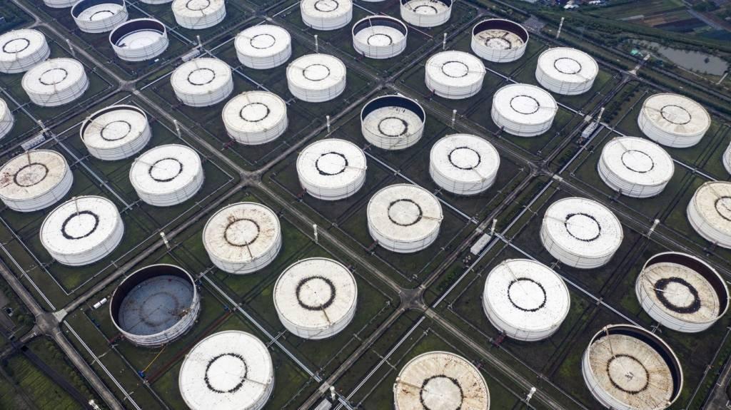 Tanques de armazenamento de óleo nos arredores de Ningbo, província de Zhejiang, China.