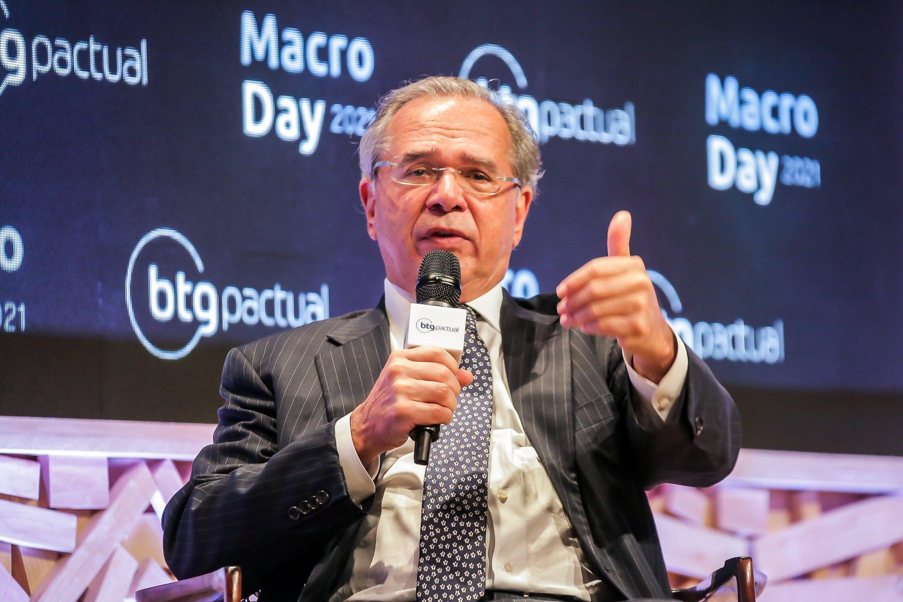 'Dólar já era para ter caído, mas barulho político não deixa', diz Guedes