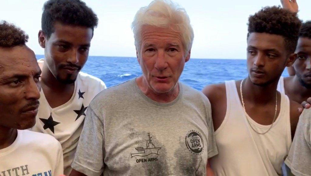L'attore Richard Kerr (al centro) visita la nave a braccia aperte nell'agosto 2019