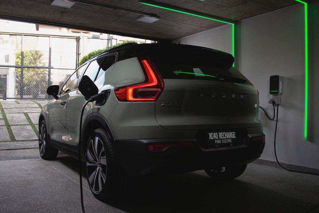 Volvo XC40 Recharge Pure Electric novo SUV elétrico recarregando na tomada