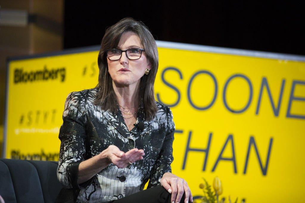 Famosa por acertar alta da Tesla, Cathie Wood prevê bitcoin a US$500 mil