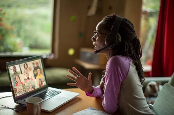 Câmera ligada em reuniões online eleva pressão e gera estresse, diz estudo