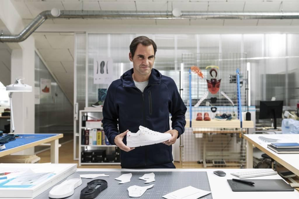 O suíço Roger Federer com um sneaker que leva o seu nome, da marca Suíça On | Foto: On/Divulgação